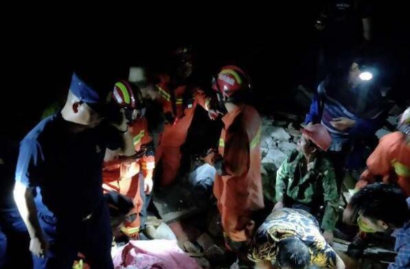 四川宜宾发生6.0级地震 救援人员搜救被困者
