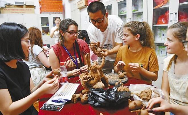 美国学生体验中国非遗文化