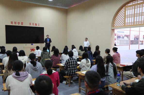 陕西省庆祝中华人民共和国成立70周年成就展上的生动思政课