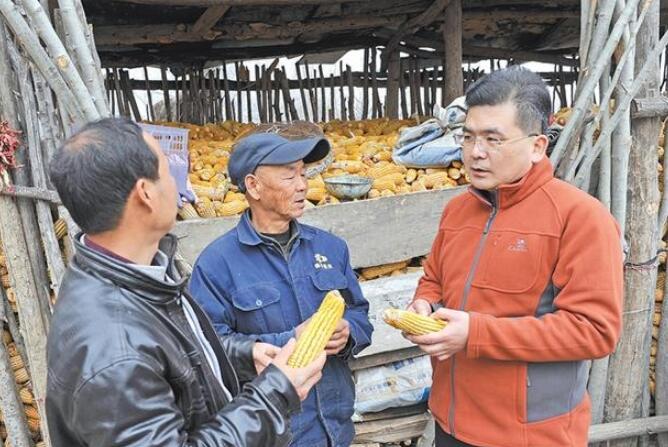 靳康鹏在哭泉村向村民详细了解玉米收购价格情况。.jpg