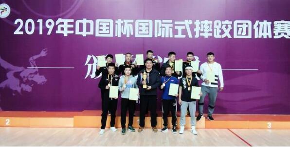 山猫直播网址自由式摔跤队夺得团体赛冠军.jpg