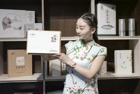 夏梅子:安康紫阳95后美女在央视为家乡代言.jpg