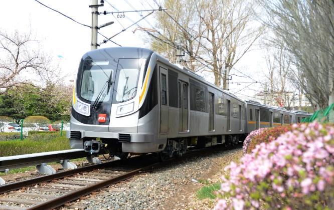 西安地铁9号线电客车亮相 橙黄与黑色车身搭配.jpg