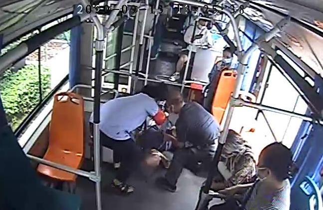 西安618路公交司机一站路连闯两个红灯 为发病乘客急救抢时间.jpg
