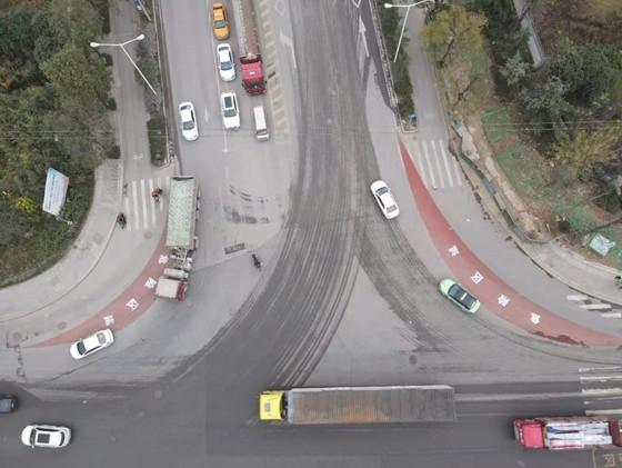 西安市推行红色半弧型大货车盲区警示带 石家街盘道等处已设置.jpg