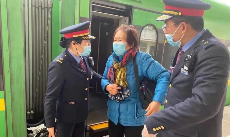 西安开往韩城列车上旅客突发心脏不适 列车员热心救助平安送达.jpg