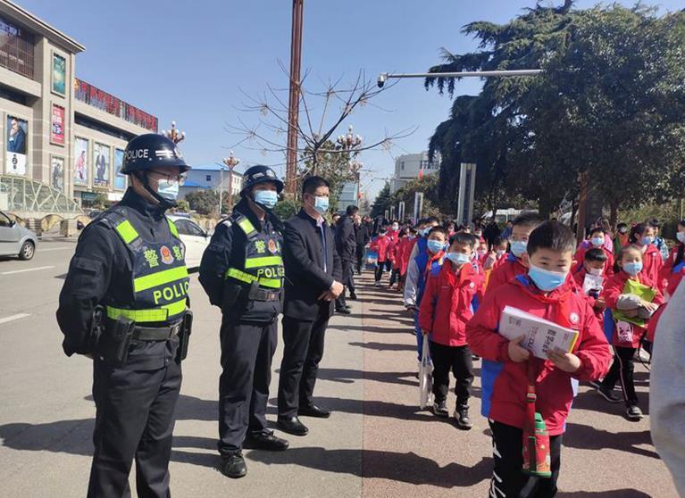 """开学第一天 韩城交警全力以""""护""""保安全.jpg"""