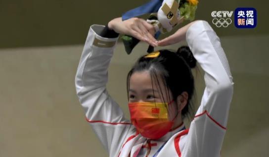 可可爱爱!杨倩在东京奥运会领奖台比心.jpg